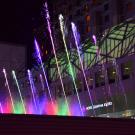 Tańczące fontanny przed dworcem w Kyoto